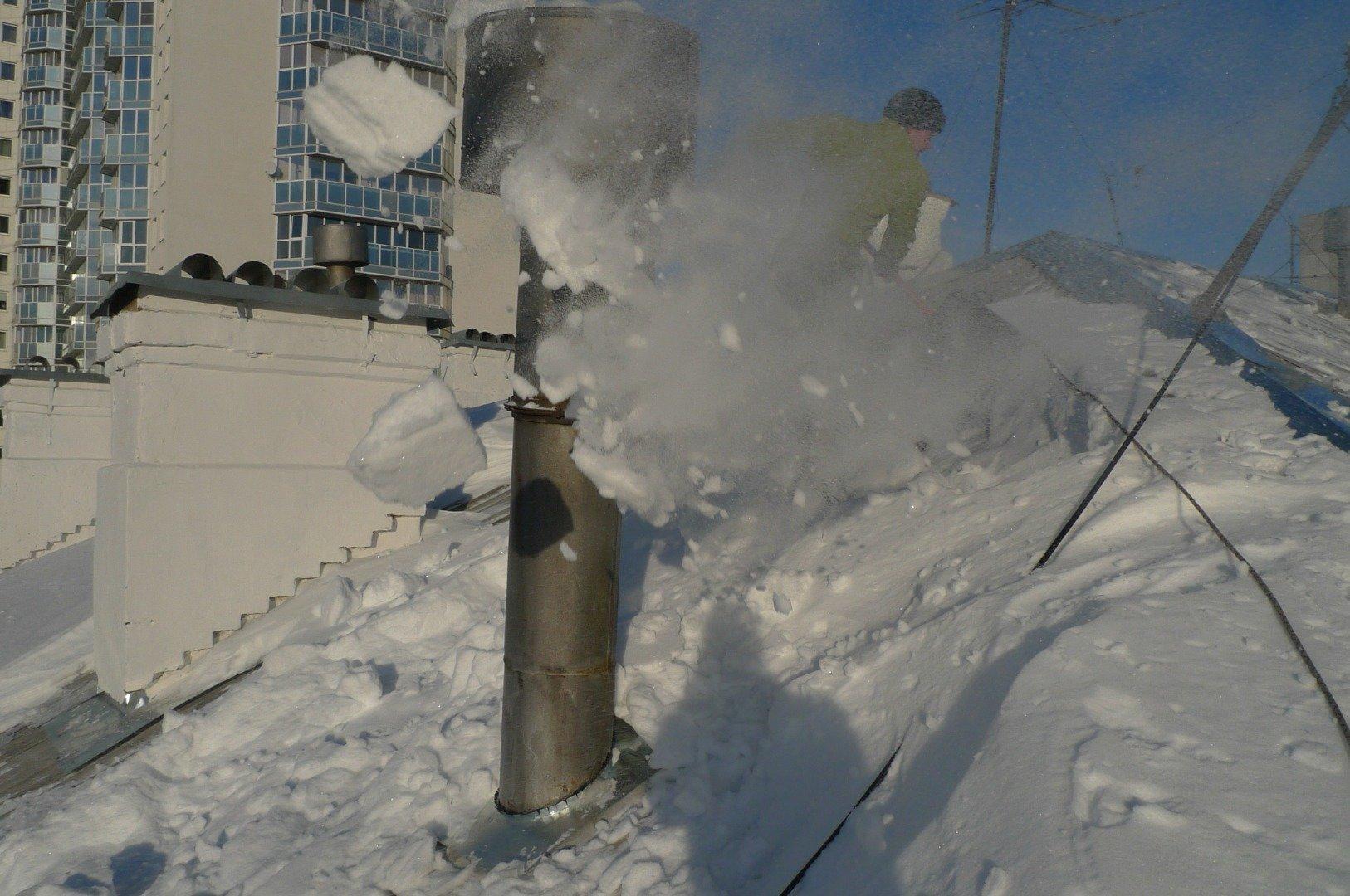 Убрать снег с крыши или нет