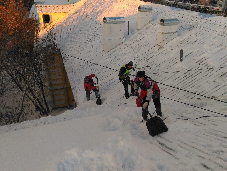 Купить скребок с колесами для уборки снега