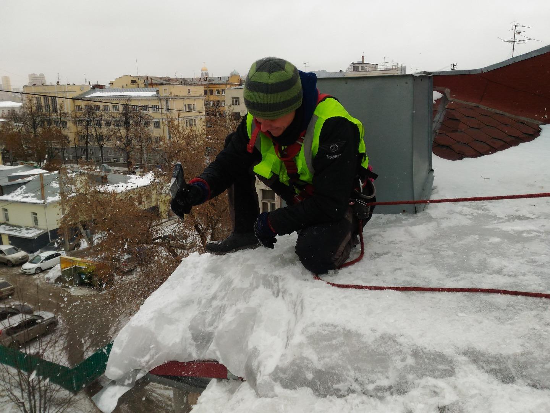 Очистка снега с крыш учреждений