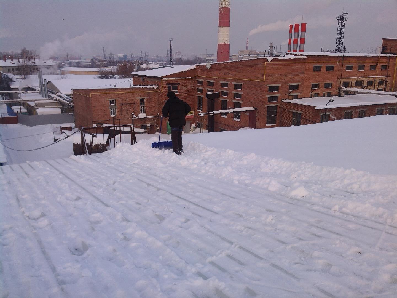 Рабочие по очистке кровель от снега